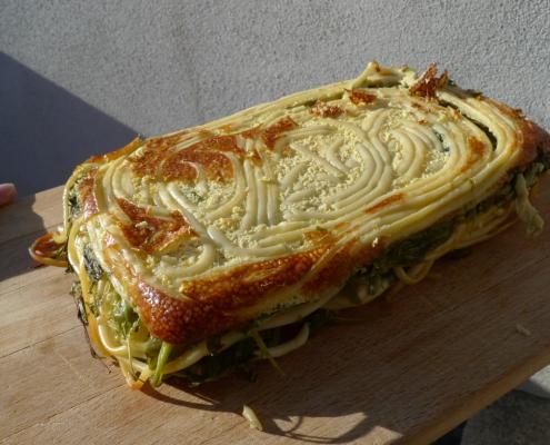 Makarony zapečené s jedlým plevelem