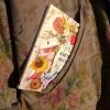 Notes květinové kuchařky pasuje do kapsy