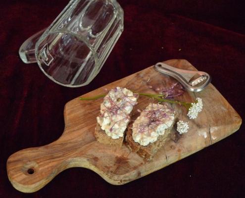 Pomazánka ze zrajícího sýra s řebříčkem