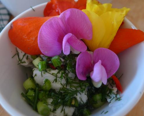 Ceviche s planou zeleninou a jedlými květy