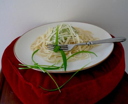 Těstoviny s pestem z česneku podivného