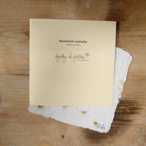 Ruční papír velký se semínky aksamitníku rozkladitého